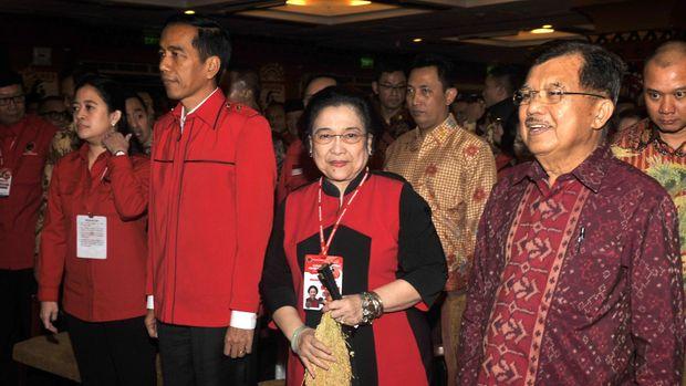 Kebersamaan Jokowi, Megawati, Jusuf Kalla, dan Puan Maharani saat Kongres PDIP 2015.