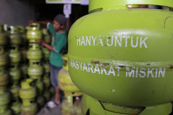 Pekerja menata tabung gas elpiji 3 kilogram di pangkalan elpiji Tambak Asri, Surabaya, Jawa Timur, Jumat (10/4). Kenaikan harga elpiji 12 kilogram sampai sekitar Rp 150.000 di tingkat pangkalan di Surabaya mengakibatkan permintaan tabung gas elpiji 3 kilogram meningkat mencapai 10 persen. ANTARA FOTO/Didik Suhartono/zk/ama/Rei/15.