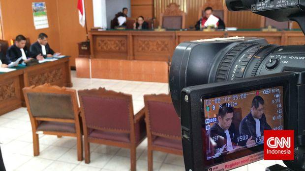 Sidang praperadilan mantan Menteri ESDM Jero Wacik yang dipimpin oleh hakim tunggal Sihar Purba, di Pengadilan Negeri Jakarta Selatan, Senin (20/4).