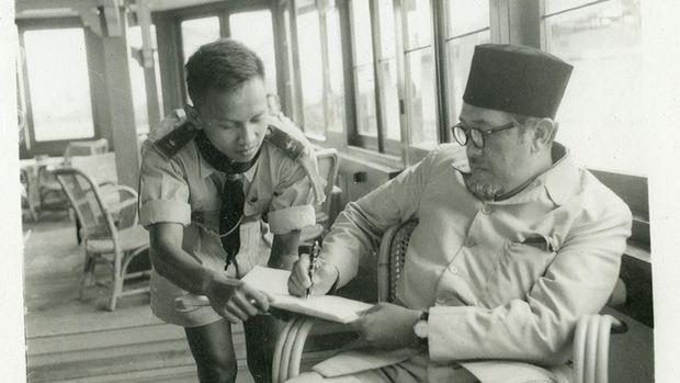 Ali Sastroamidjojo, di bandara Husein Sastranegara, Bandung, April 1955.