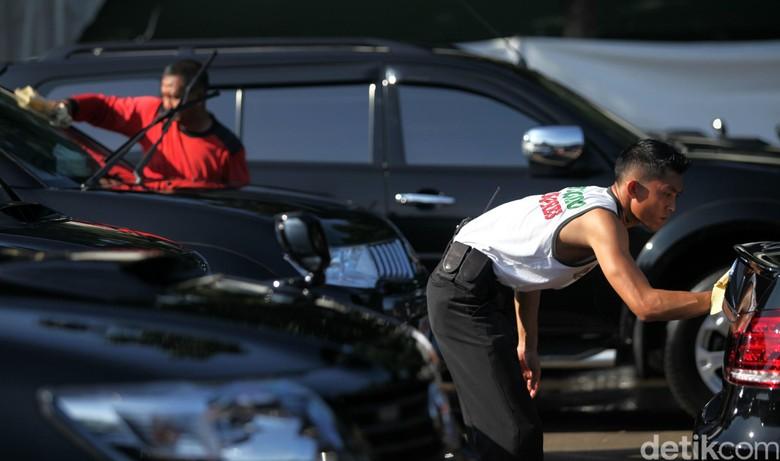 Cuci mobil konvensional. Foto: Agung Pambudhy