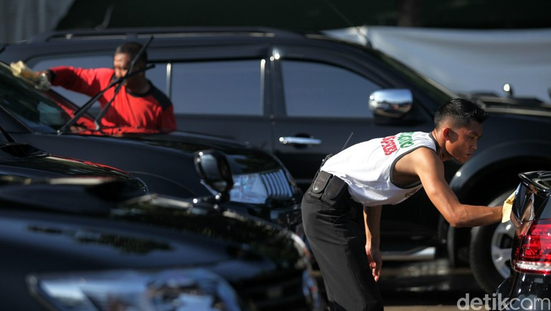 Selama peringatan KAA ke-60, para delegasi disiapkan mobil untuk mobilitas mereka. Mobil-mobil tersebut selalu dirawat guna menjaga kenyamanan dan performanya. Sejumlah petugas mencuci mobil delegasi di parkiran JCC, Jakarta, Senin (20/4/2015). Agung Pambudhy/detikcom.