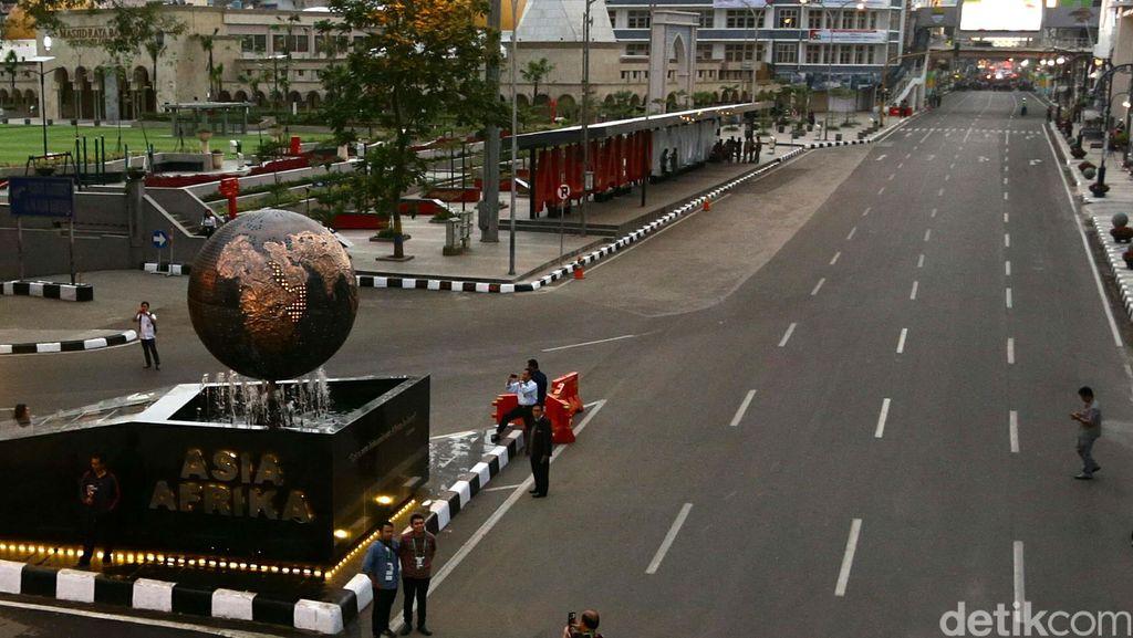 Sore Ini Ribuan Warga Bandung Bukber di Jalan Asia Afrika