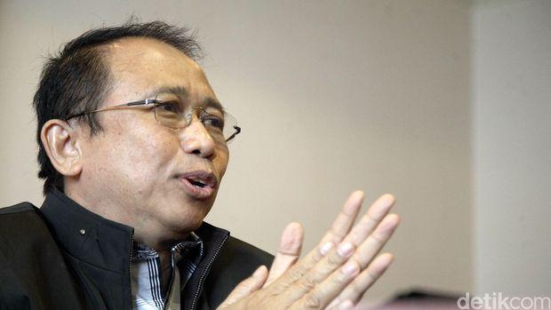 Wakil Ketua Dewan Pembina Partai Demokrat, Marzuki Alie mengaku mendapat dukungan dari para kader daerah untuk maju sebagai Caketum pada kongres di Surabaya pada bulan Mei mendatang. Marzuki mengaku mewadahi dukungan para kader dan siap maju sebagai caketum saat dijumpai di kantornya, Rabu (22/4/2015). Rachman Haryanto/detikcom.