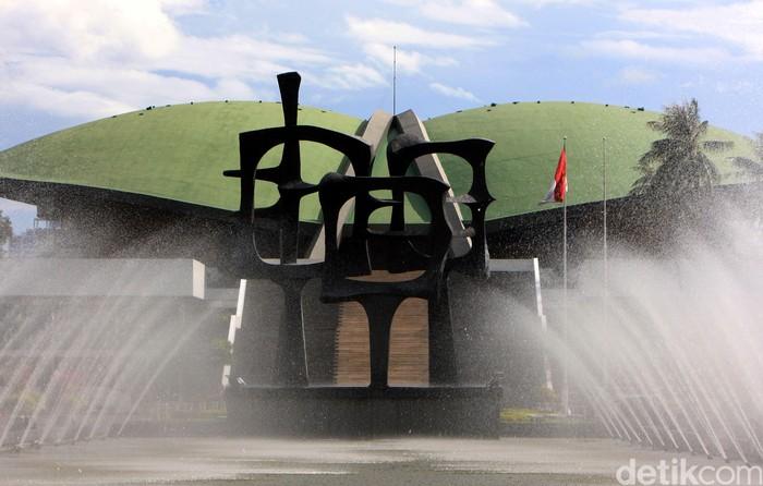 Pembangunan gedung baru untuk DPR RI menuai kritikan berbagai pihak walaupun Ketua DPR Setya Novanto menyebut Presiden Jokowi telah setuju pembangunan tersebut. Tetapi Presiden Jokowi belum teken Perpres tentang pembangunan Gedung DPR. Lamhot Aritonang/detikcom.