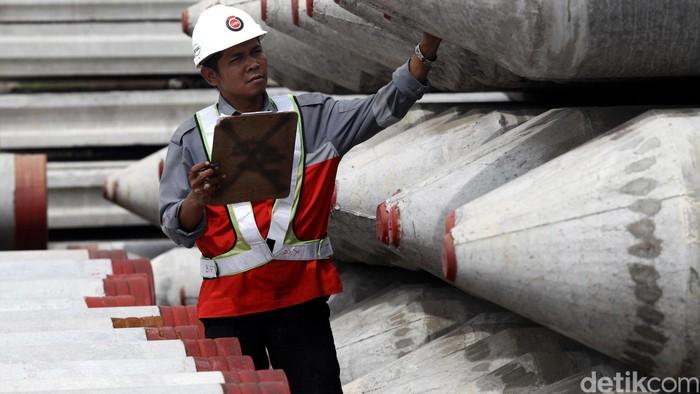 Pekerja melakukan pekerjaan di Pabrik beton pracetak milik PT Adhi Karya (Persero) Tbk melalui anak perusahaan PT Adhi Persada Beton (APB) di Sadang, Purwakarta, Jawa Barat, Rabu (29/04/2015). Pabrik yang mulai beroperasi pada awal tahun 2014 ini sudah memproduksi sebanyak 1.069.000 ton dengan berbagai jenis beton hingga saat ini. Produk beton precast APB ini selain untuk memenuhi kebutuhan internal proyek-proyek konstruksi ADHI juga menyuplai kebutuhan pemesan di luar ADHI hingga ke Papua dan ekspor ke Timor Leste. Grandyos Zafna/detikcom