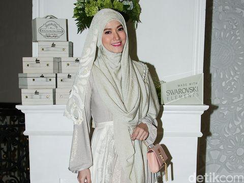 Artis Lyra Virna Yang kini mengenakan hijab. Jakarta. 17/09/2014.