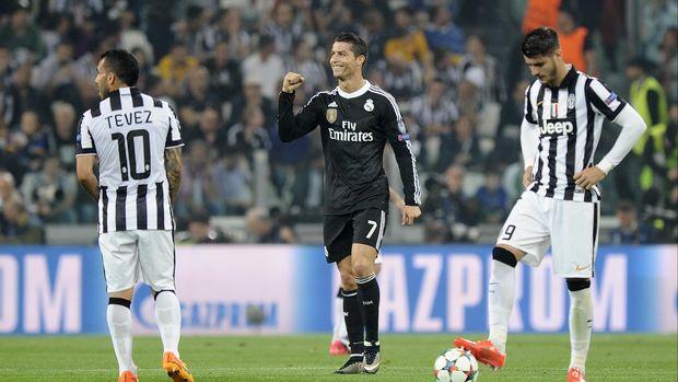 Selain pernah satu klub, Carlos Tevez juga beberapa kali berhadapan dengan Cristiano Ronaldo.