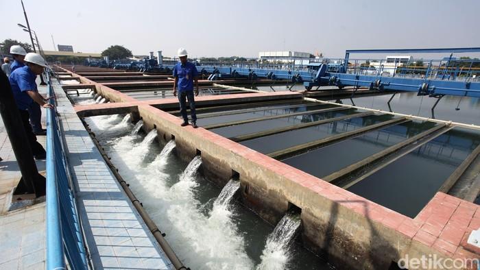 Petugas mengecek instalasi pengolahan air bersih di Instalasi Pengolahan Air (IPA), Pulogadung, Jakarta, Rabu (13/05/2015). Tempat pengolahan air bersih yang setiap harinya mengolah sebanyak 750.000 meter kubik air baku tersebut untuk memenuhi kebutuhan air bersih warga DKI Jakarta. Grandyos Zafna/detikcom