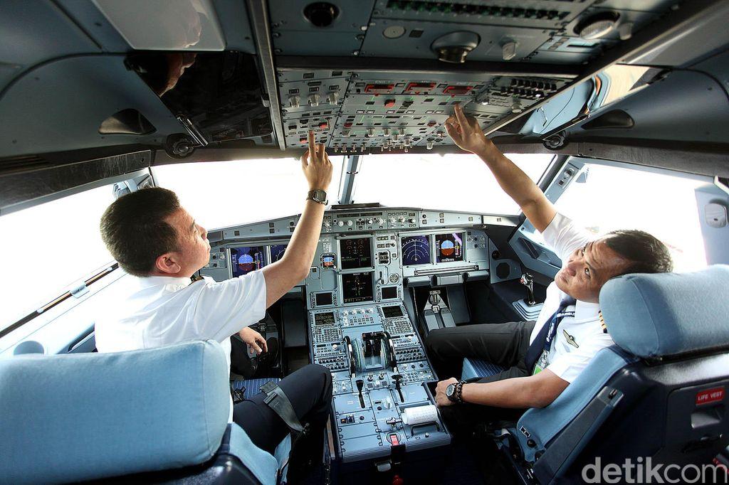 Pesawat baru jenis Airbus A230 milik maskapai Citilink Indonesia, tiba di Bandara Internasional Soekarno-Hatta, Cengkareng, Kamis (14/05/2015) Pesawat baru ini untuk memperkuat armada angkutan Lebaran 2015.Pesawat baru jenis Airbus A230 terbang langsung dari Hamburg, yang merupakan salah satu pusat Airbus di Jerman. Pesawat ini tiba di Bandara Internasional Soekarno-Hatta, Cengkareng, pada pukul 09.00 WIB setelah pesawat itu menempuh penerbangan selama lebih kurang 15 jam.  rengga sancaya/detikfoto