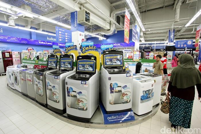 Carrefour Lebak Bulus antusias menggelar program diskon belanja 10% untuk seluruh produk bagi pengguna kartu kredit Bank Mega. Selain menyiagakan 47 layanan kasir, pihak Carrefour juga menyiagakan ribuan troli besi yang disiapkan tepat di pintu masuk gerai Carrefour Lebak Bulus. Kamis (14/05/2015). rengga sancaya/detikfoto