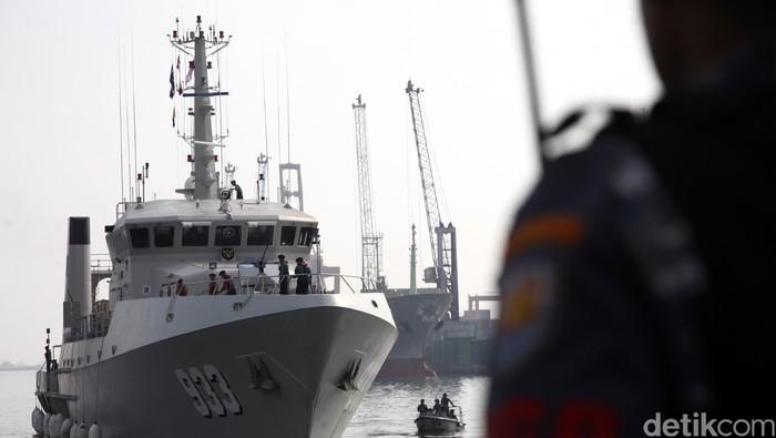 KRI Rigel 933 brand new buatan OCEA, Prancis akhirnya merapat ke Pelabuhan Tanjung Priok Jakarta Utara, Jumat (15/5/2015) setelah menempuh perjalnaan selama 50 hari. Kapal survey bawah laut tercanggih se-Asia ini kini menjadi armada milik TNI AL yang duterima langsung oleh KSAL Laksamana TNI Ade Supandi. (Foto: Rachman Haryato/detikcom)