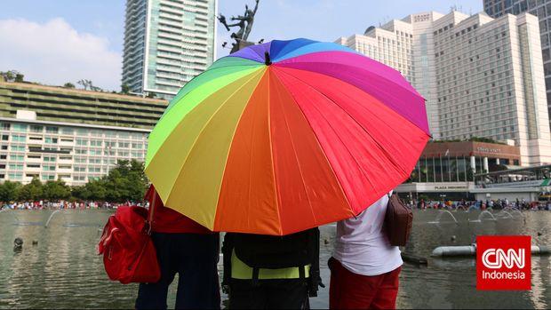 Komunitas Lesbian Gay Biseksual Transgender (LGBT) memperingati International Day Againts Homophobia, Biphobia dan Transphobia (IDAHOT) di Bundaran HI, Jakarta, Minggu, 17 Mei 2015.