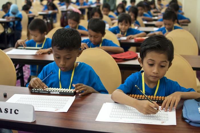 Sejumlah pelajar menyelesaikan soal-soal yang diterima saat mengikuti even Ambon Aljabar Competition 2015, yang digelar Yayasan Aljabar di Ambon, Maluku, Selasa (19/5). Even Ambon Aljabar Competition 2015 sebagai ajang menguji kecerdasan, ketepatan, kreatifitas dan harmonisasi ini diikuti 288 pelajar SD, SMP dan SMA, yang akan menghasilkan sejumlah juara untuk mengikuti lomba tingkat nasional pada bulan September mendatang di Kota Denpasar, Bali. ANTARA FOTO/Embong Salampessy/ss/mes/15.