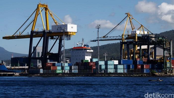 Pelabuhan Bitung akan dijadikan sebagai international hub port (IHP) di kawasan timur Indonesia (KTI). Sejumlah pengerjakan terus dilakukan untuk menjadikan pelabuhan Bitung sebagai international hub port (IHP). Pengembangan Pelabuhan Samudera Bitung terus dilakukan, tahap pertama diestimasi rampung pada 2017 mendatang, meliputi perluasan lapangan tumpuk kontainer seluas 6,5 hektar dan perpanjangan dermaga sepanjang 500 meter. Rachman Haryanto/detikcom.