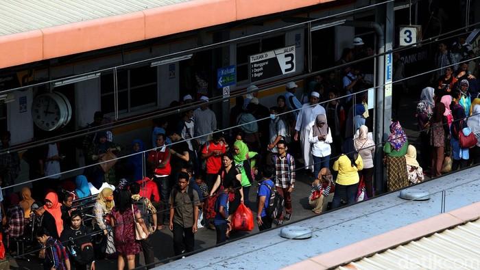 KRL Commuter Line merupakan angkutan umum yang jadi andalan warga Jabodetabek untuk beraktivitas. Hampir setiap hari para penumpang memadati stasiun KA. Begini suasana penumpukan penumpang di Stasiun Tanah Abang, Jumat (22/5/2015). Rengga Sancaya/detikcom.