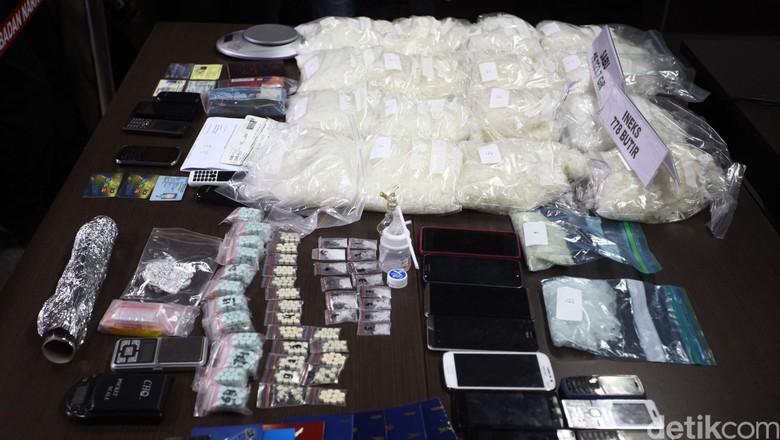 Seorang WNI berinisial DR (22) yang juga berprofesi sebagai sipir Lapas Banceuy, Bandung, Jawa Barat turut diamankan BNN dalam mengungkap jaringan narkotika di dalam Lapas. BNN juga berhasil menyita barang bukti Narkotika jenis shabu seberat 16,4 kg dan 778 butir Pil inex/ekstasi yang turut dirilis di gedung Badan Nasional Narkotika (BNN), Jakarta Timur, Jumat (22/5/2015). Selain DR sebanyak 6 WNI 1 orang warga negara Iran ikut diamankan dalam operasi semalam dari empat lokasi yakni di Lapas Banceuy, Bandung, Kos di daerah Kiara Condong, Apartemen Oasis Senen (TSK Warga Negara Iran) dan Atrium Senen. Rachman Haryanto/detikcom