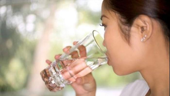 Biasakan diri untuk minum segelas air putih setelah bangun tidur. Foto: Thinkstock