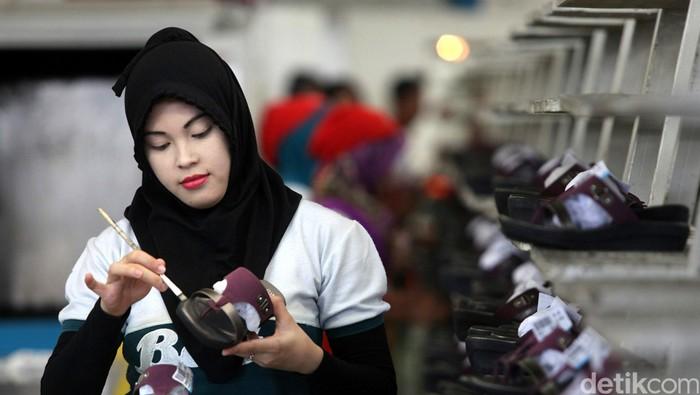 Pekerja tengah memproduksi sepatu dan sandal di pabrik PT Sepatu Bata Tbk, Purwakarta, Jawa Barat, Kamis (28/5/2015). Menghadapi tahun ajaran baru bagi siswa sekolah dan jelang bulan Ramadhan, Bata memproduksi sekitar 25.000 pasang per harinya untuk memenuhi kebutuhan pasar di seluruh Indonesia. Selain dipasarkan di Indonesia, produk sepatu dan sandal Bata juga diekpor hampir ke 15 Negara. Agung Pambudhy/Detikcom.