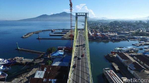 Dari jembatan ini pengunjung dapat menyaksikan pemandangan dari Taman Sindulang, Pulau Bunaken, Manado Tua, dan juga Pelabuhan Manado. Dok. Ditjen Binamarga