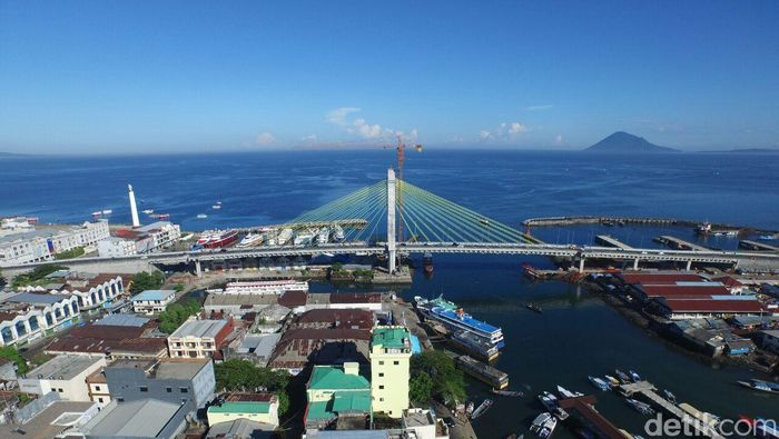 Jembatan Soekarno, Manado, Sulawesi Utara. Jembatan sepanjang 1.127 meter diresmikan pada Mei 2015. Jembatan ini sempat terbengkalai selama 12 tahun/Foto: Pool