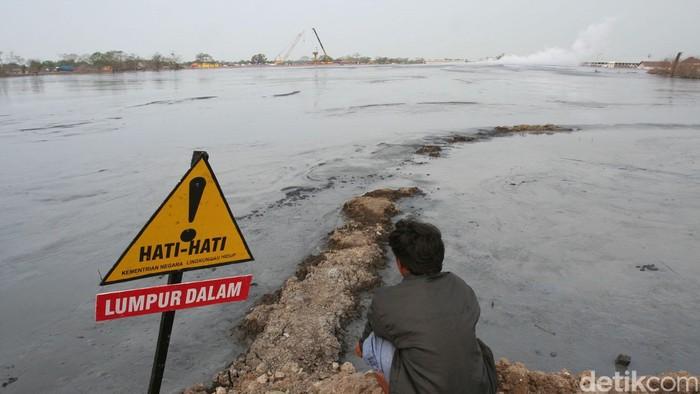 Luas lahan yang ditenggelamkan lumpur mencapai 640 hektar. Ribuan rumah dan persawahan sirna sejak lumpur menyembur 26 Mei 2006. Bagaimana keganasan lumpur yang mengusir penduduk dari 4 desa dan 3 kecamatan di Sidoarjo itu .Semburan lumpur lapindo belum juga berhenti meski sudah menginjak tahun ke 9. Sejak menyembur pada 29 Mei 2006, luapan lumpur ini telah menenggelamkan sejumlah desa di tiga kecamatan di Sidoarjo. Seluas 640 hektar lahan kini berubah menjadi kolam penampungan lumpur. Ini penampakan ganasnya lumpur lapindo yang direkam pada tahun 2006 dan 2007. budi Sugiarto/file/detikfoto
