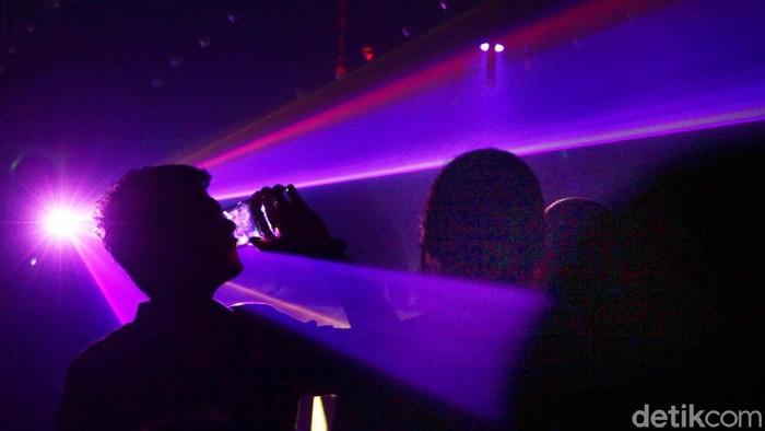 Jakarta belum benar-benar sepi meski terang sudah berganti gelap, seperti yang terlihat di salah satu tempat hiburan malam di Kemang. Tempat diskotik itu selalu ramai oleh muda-mudi dan dentuman musik disk jokey dan sexy dancer. Hasan Alhabshy/detikcom