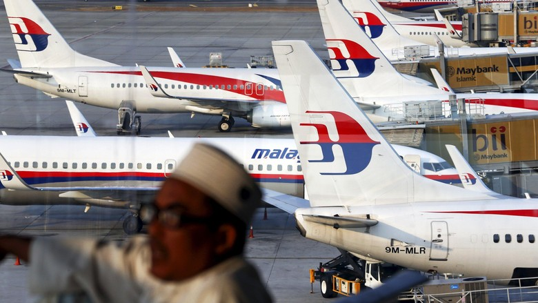 Malaysia Airlines planes are seen on the tarmac at the Kuala Lumpur International Airport in this March 12, 2014 file photo. The airline is set to terminate at least one-third of its 20,000 workforce in its effort to save the national carrier, local media reported on May 25, 2015.  REUTERS/Damir Sagolj/Files