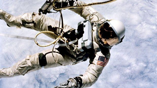 Astronot yang melayang akibat efek mikrogravitasi.