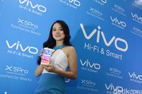 model menujukkan produk terbaru smartphone vivo yang pertama kali di jual resmi di indonesia yaitu X5Pro saat launching di jakarta (11/6/2015). Vivo X5Pro seharga Rp.4.999.999,- tersebut menawarkan kecanggihan kamera bertekhnologi canggih dengan resolusi 13MP  F 2.0 serta teknologi audio akustik Hi-Fi.hasan alhabshy/detikcom