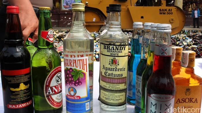 Menjelang bulan Ramadan, Kepolisian Resor Metro Jakarta Barat memusnahkan barang bukti ribuan botol minuman keras (miras) berbagai merek di Mapolsek Palmerah Jakarta Barat, Senin (15/6/2015). Barang-barang haram tersebut digilas dengan alat berat. Lamhot Aritonang/detikcom.
