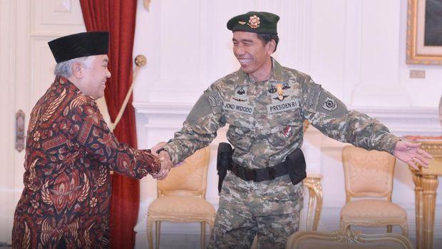 Ketua Umum PP Muhammadiyah Din Syamsuddin menemui Presiden Joko Widodo di Istana Merdeka, Jakarta Pusat. Saat menerima Din, Jokowi tampak mengenakan pakaian militer lengkap dengan baret warna hijau.