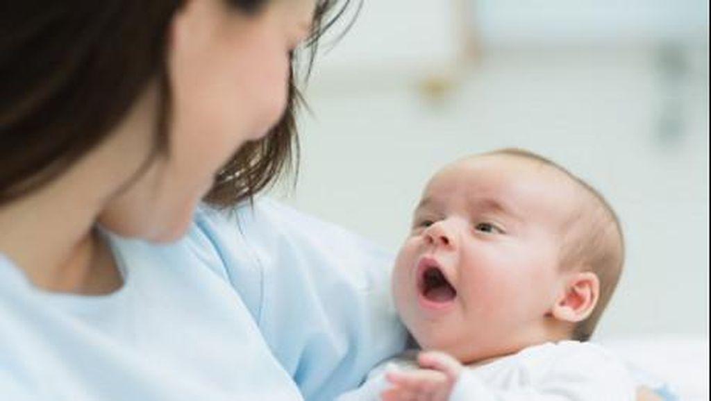 Jangan Cueki Bayi yang Menatap Lekat-lekat Wajah Kita Ya