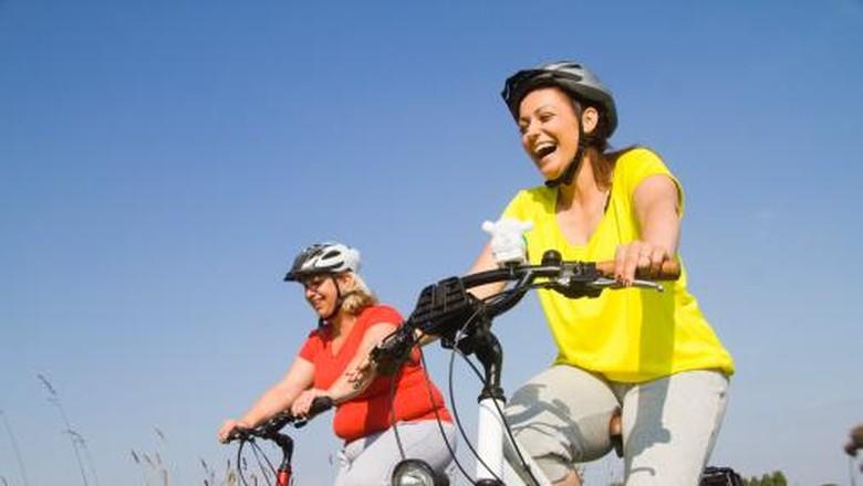 llustrasi seseorang bersepeda dengan temannya dengan tampak bahagia