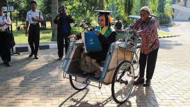 Raeni saat diantar ayahnya wisuda S1 dengan becaknya pada 2014 silam.