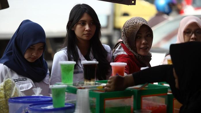 Pedagang menjajakan makanan / minuman untuk berbuka puasa di Pasar Benhil, Jakarta, Kamis (18/06/2015). Memasuki bulan Ramadhan, Pasar Benhil selalu berubah menjadi pasar yang menjual berbagai macam menu untuk berbuka puasa. Harganya pun berfariatif, mulai dari Rp. 2.000 hingga puluhan ribu rupiah. Grandyos Zafna/detikcom.
