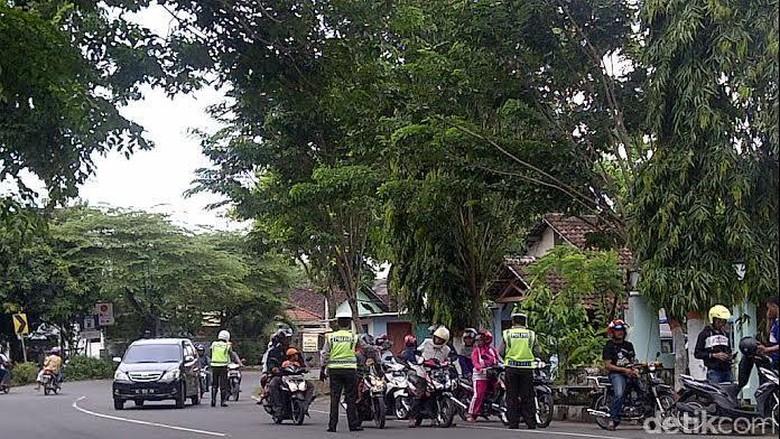 Razia di Tikungan Tajam, Polisi Bahayakan Keselamatan Pengguna Jalan
