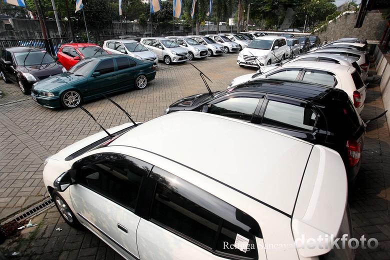 Penjualan mobil jelang lebaran tak sebesar dulu. Foto: Rengga Sancaya