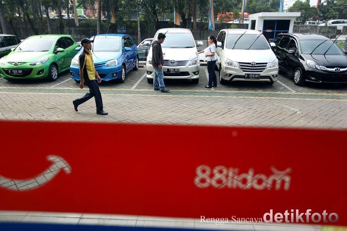 Gabungan Industri Kendaraan Bermotor Indonesia (Gaikindo) melaporkan penjualan mobil mengalami penurunan sebesar 13,7%. Daya beli masyarakat digadang sebagai penyebab kondisi ini. Petugas tengah membersihkan mobil yang akan dijual di Dealer Mobil88, di Jalan Fatmawati, Jakarta Selatan, Senin (22/06/2015).