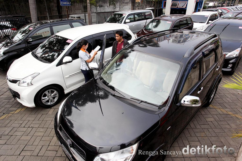 Gabungan Industri Kendaraan Bermotor Indonesia (Gaikindo) melaporkan penjualan mobil mengalami penurunan sebesar 13,7%. Daya beli masyarakat digadang sebagai penyebab kondisi ini.Petugas tengah membersihkan mobil yang akan dijual di Dealer Mobil88, di Jalan Fatmawati, Jakarta Selatan, Senin (22/06/2015).