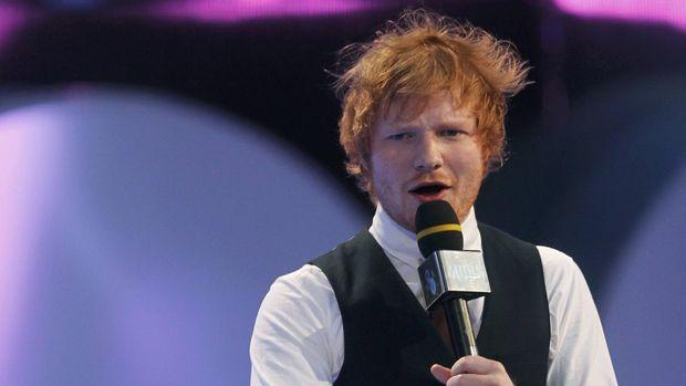 Ed Sheeran merayakan ulang tahun ke-28 dengan bermain sepak bola di Brasil.