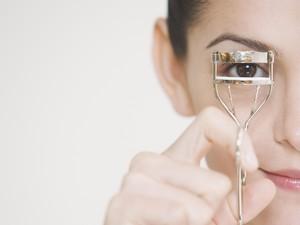 Duh, 78% Wanita Sering Tidur Tanpa Hapus Makeup Mata