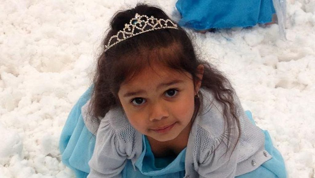 Pelukan Hangat Dunia untuk Bocah Aborigin Queen Elsa