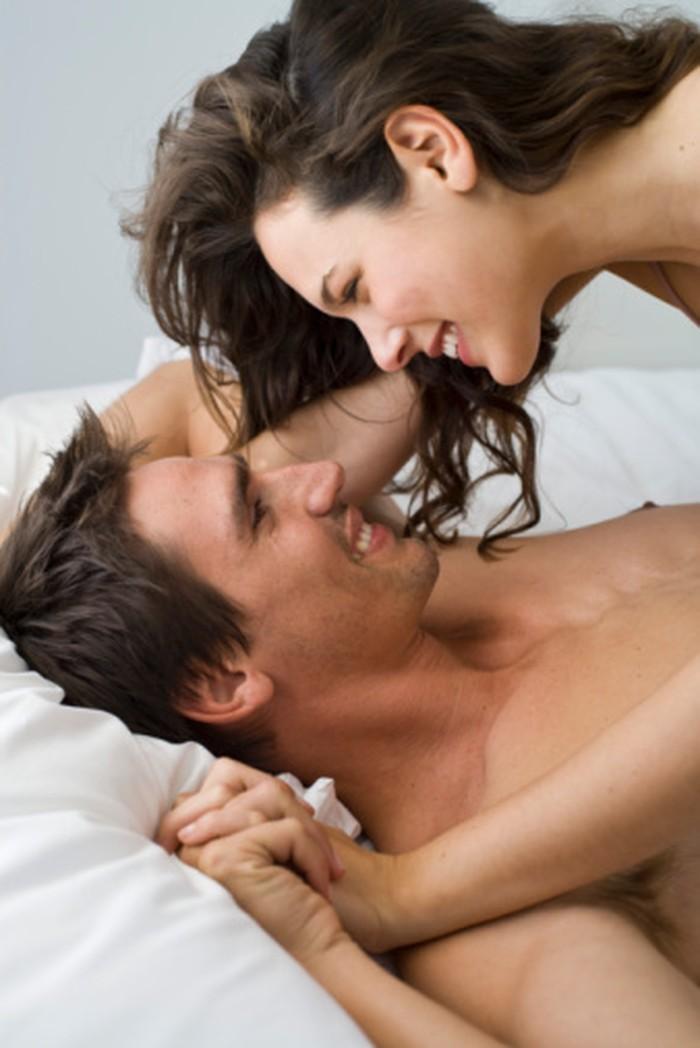 Jangan terfokus memberikan stimulasi di bagian penis saja. Meremas lembut buah zakar pria, asalkan tidak terlalu kuat, juga bisa memberikan sensasi yang berbeda saat bercinta. Foto: Thinkstock