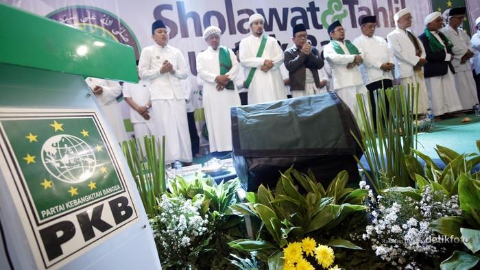 Partai Kebangkitan Bangsa (PKB) menggelar acara sholawatan dan tahlil di kantor DPP PKB. Acara ini dimaknai sebagai doa untuk kondisi negara yang sedang carut marut. Hadir dalam acara sholawat dan tahlil ini ketua PBNU Said Aqil Siraj, kiai Cholil Asy Syamsul Arifin, beberapa pemimpin pondok pesantren dan jajaran pengurus PKB. Rachman Haryanto/detikcom.