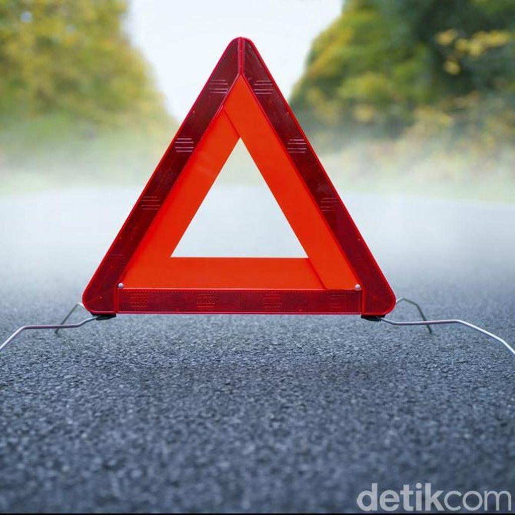 Tabrak Pembatas Jalan di Jakut, Mobil Ini Ringsek