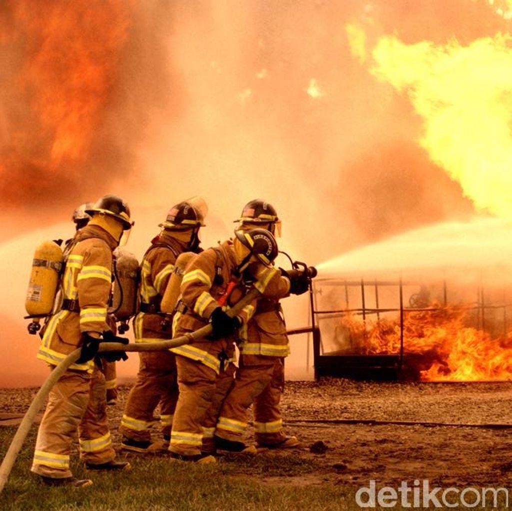 Kebakaran Gudang Kayu di Cilincing Jakut, 9 Mobil Damkar Dikerahkan
