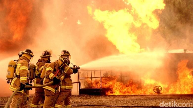 Korsleting, Rumah di Kebayoran Baru Hangus Terbakar