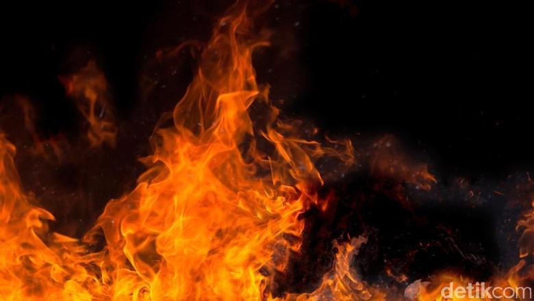 Kebakaran Landa Pabrik di Kapuk Jakarta Utara
