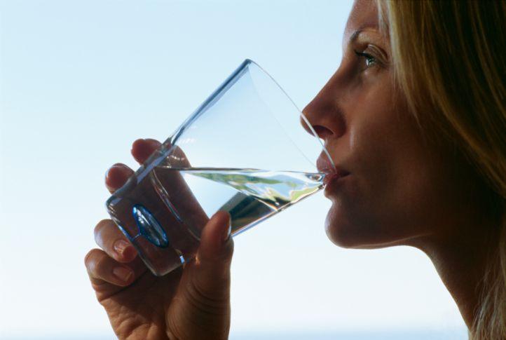 Ilustrasi minum air